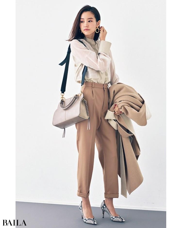 柔らかな質感のコーデに、かっちりバッグでギャップを魅せて