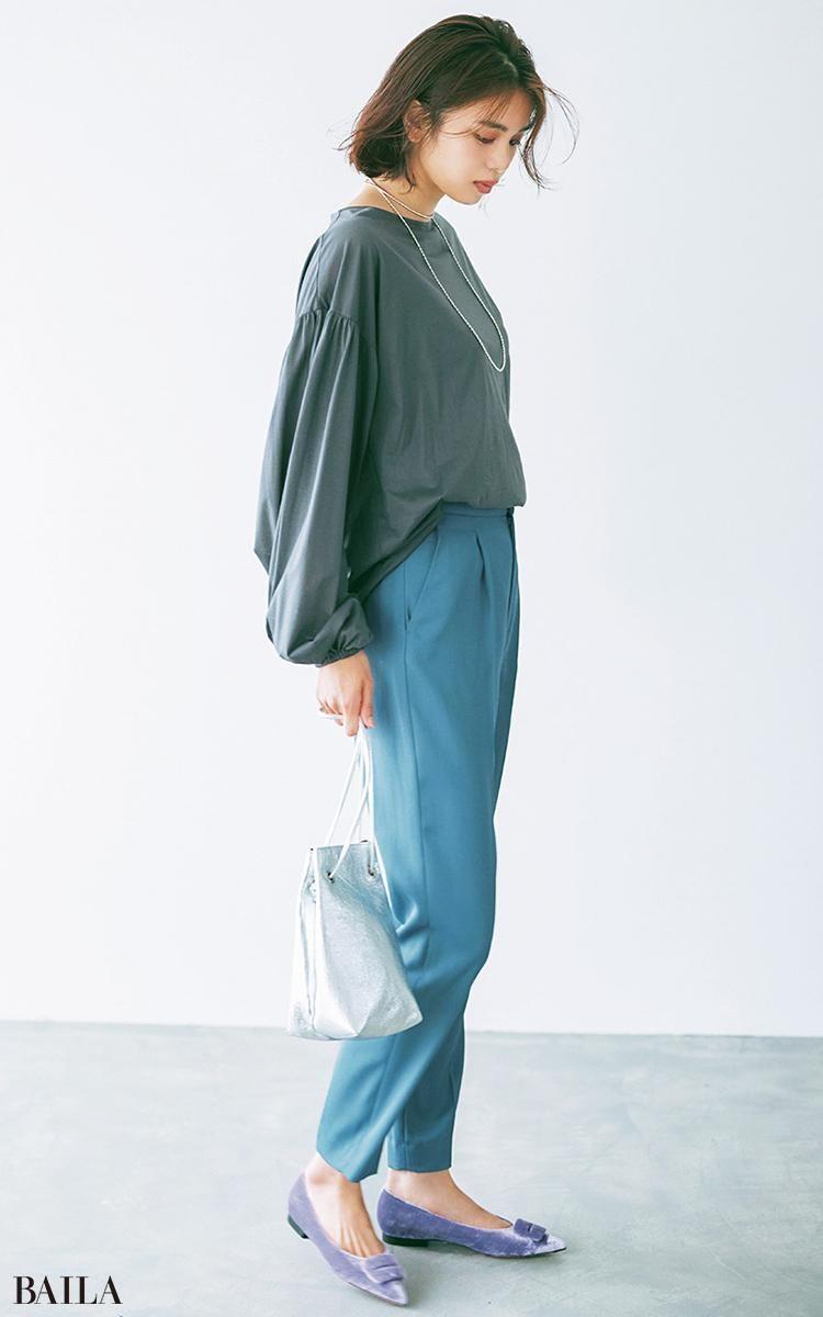 シーンレスなシンプルコーデに 袖コンの遊び心ときれい色を