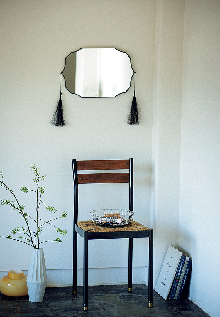 椅子を組み合わせて、鏡を主役にした空間づくり