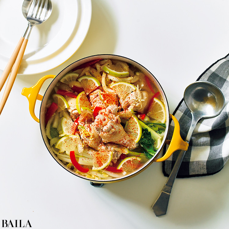 鶏手羽元と白菜、油揚げのレモン鍋