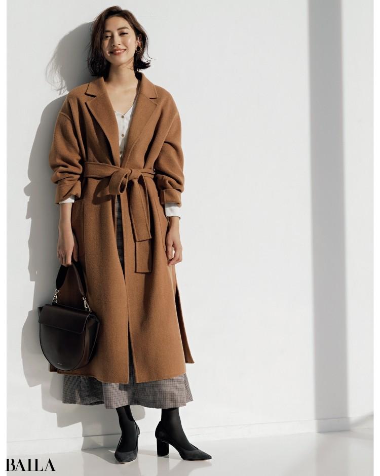 ブラウンチェスターコートは、着こなしも旬感たっぷりに