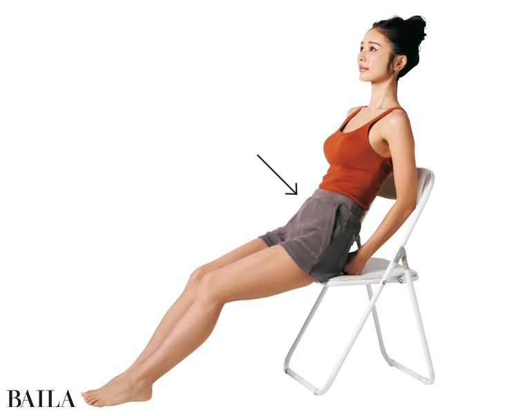 椅子に座ってするならお尻の下にグーを入れて体を後ろへ