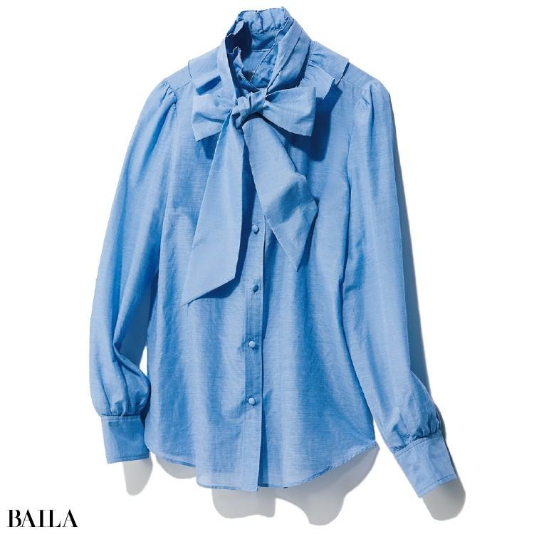 襟に大胆なフリルをあしらったボウタイブラウスは、寒色系のカラーを選んで甘さを抑えて。