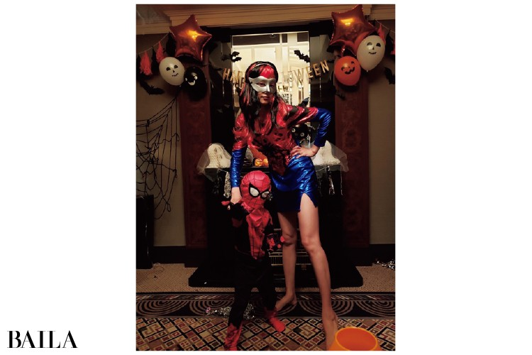 ハロウィンパーティでスパイダーマンの仮装を