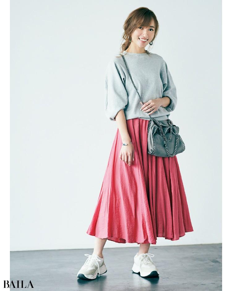 華やかなスカートの甘さをスウェットとスニーカーで中和
