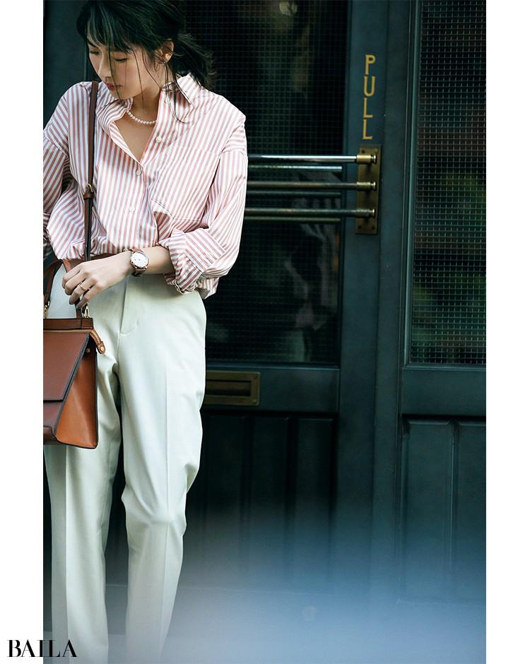 「コンサバになりすぎずに着やすい、くすみピンクのストライプがおすすめ」