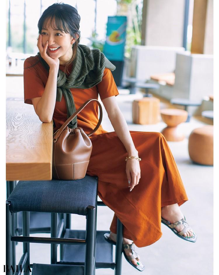 テラコッタカラーのTシャツワンピコーデの松島 花