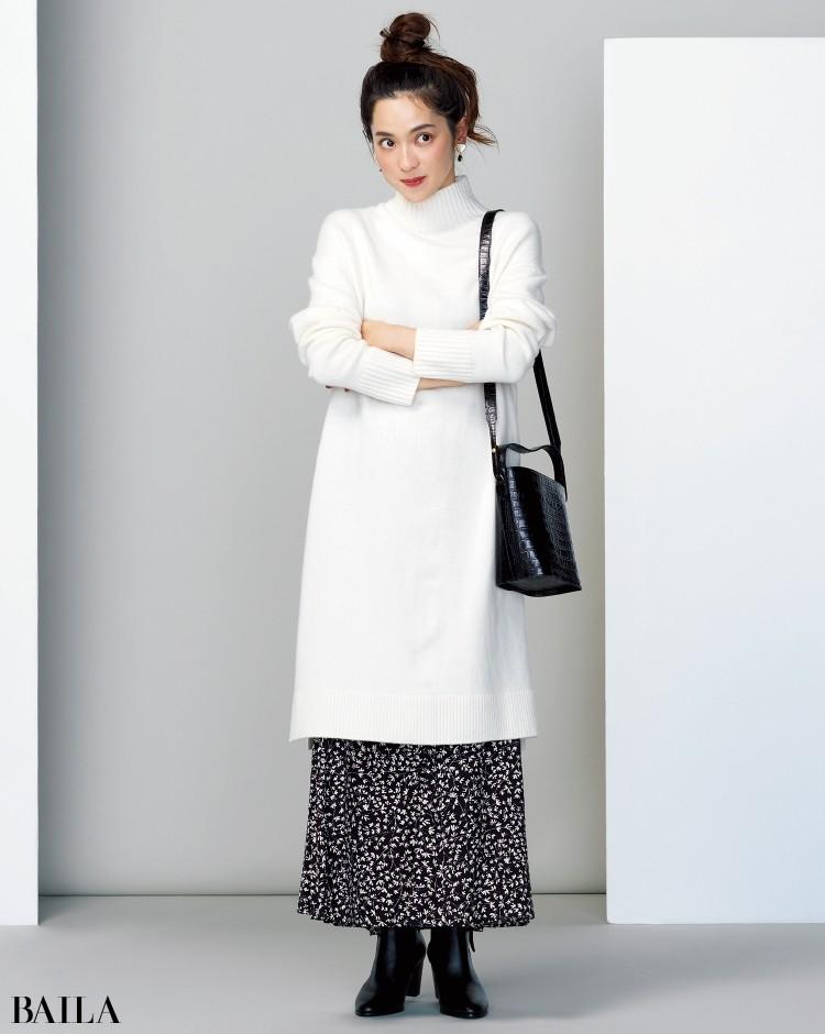 白面積多めのモノトーンコーデは、肩掛けブラックバッグで印象を引き締め