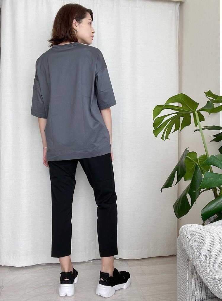大人に似合う黒スニーカー&ネイビースニーカー シンプルなTシャツ&パンツの着こなしに黒スニーカーを