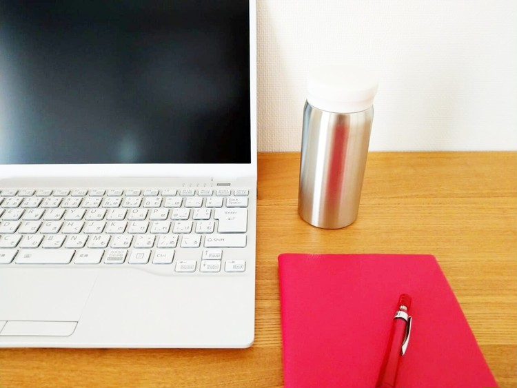 パソコンやノートと並べたステンレス保温保冷マグ