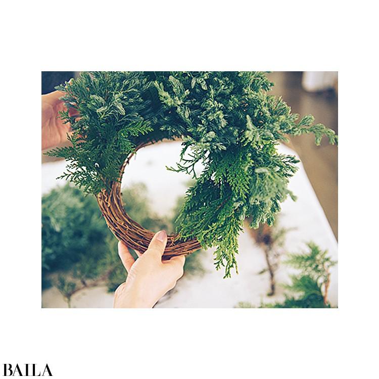 深い森を思わせる常緑樹のクリスマスリースでホリデーシーズンを彩る【カトパンのあえて小さく飾る花レッスン】_6
