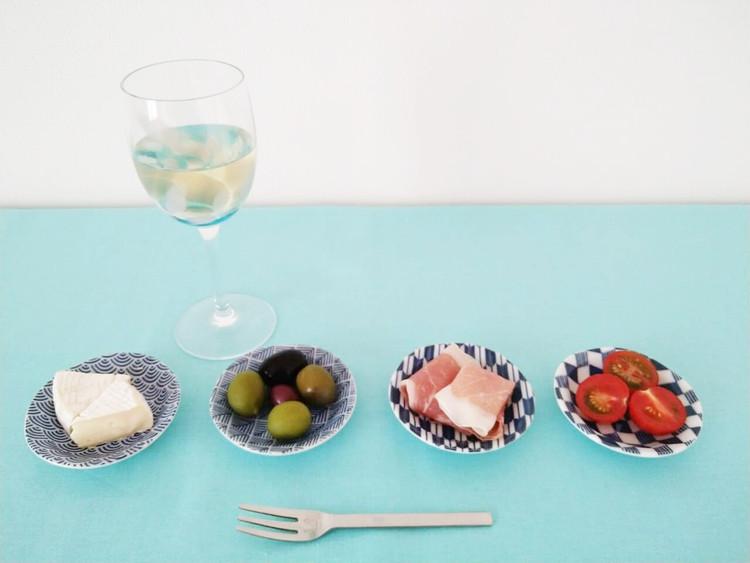 ワインとおつまみを盛り付けた豆皿