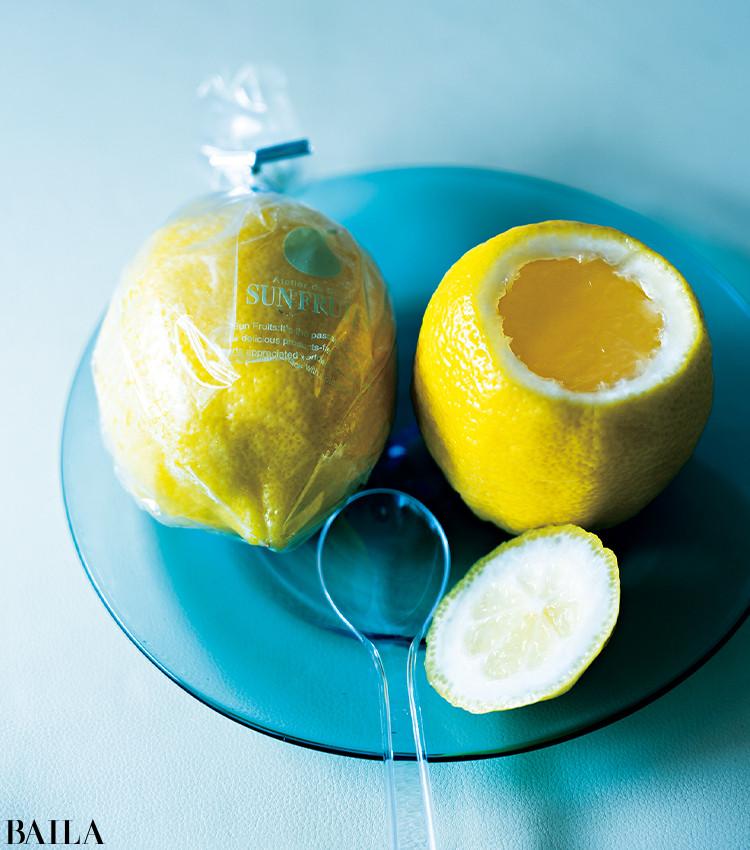 果肉をくりぬき、搾った果汁を贅沢に使った保存料不使用ゼリー。「レモン本来の美味しさや風味を閉じ込めた、みずみずしさが魅力。フレッシュなのにお取り寄せできるのも◎」。食後のデザートにもぴったり。1個¥378