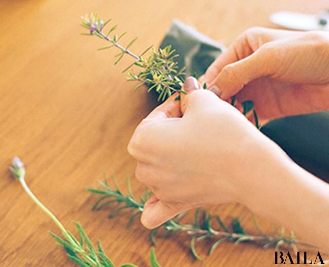 香り高いハーブをさりげなく飾って部屋に初夏を呼び込む【カトパンのあえて小さく飾る花レッスン】_4