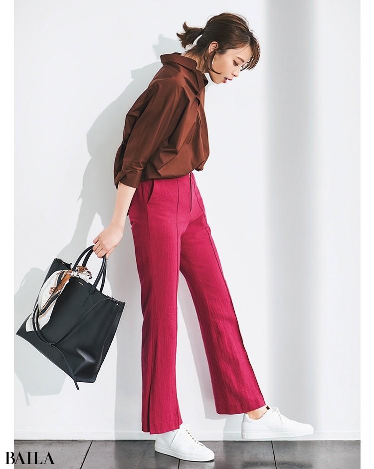 【着回し5】シャツ合わせできれいめに。こっくりとしたブラウンなら鮮烈なピンクともなじみよし
