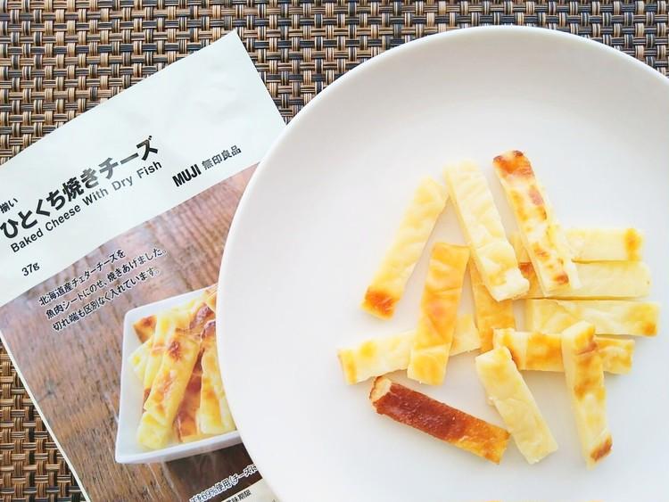 袋から出した不揃いひとくち焼きチーズ