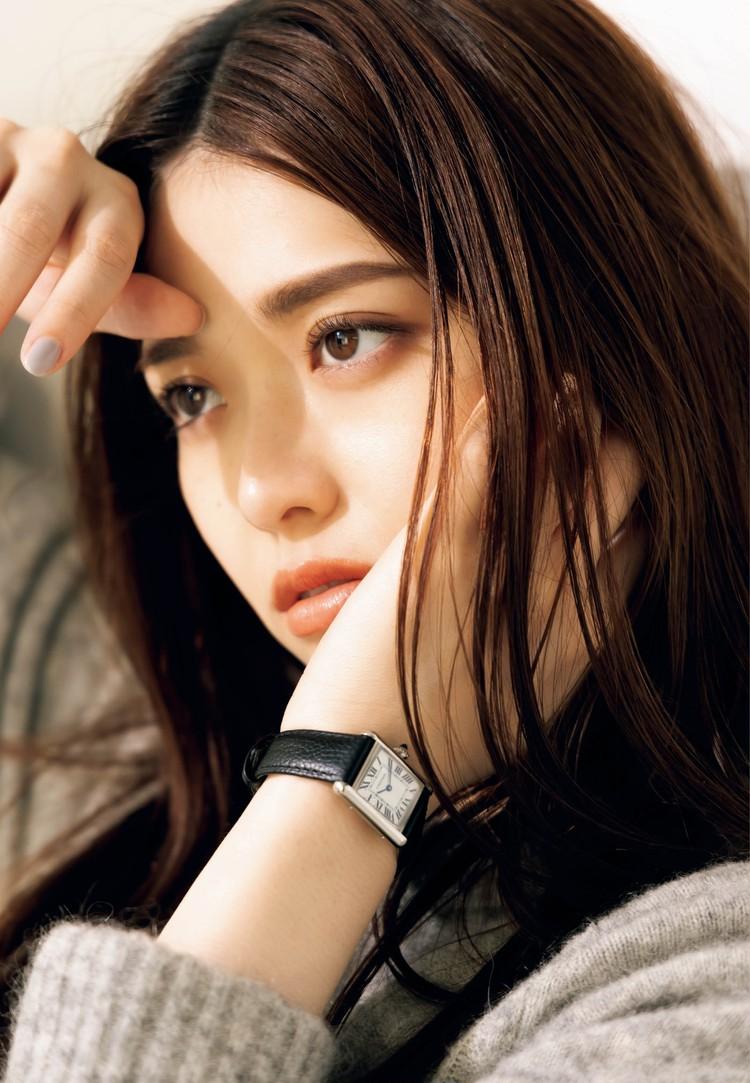 松村沙友理さんBAILA初登場画像、カルティエ着用