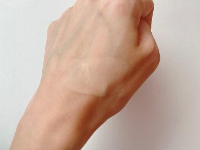「CLIO」(クリオ)の「キル カバー ファンウェア クッション XP」03 LINENナチュラルベージュを腕にスウォッチしてみた