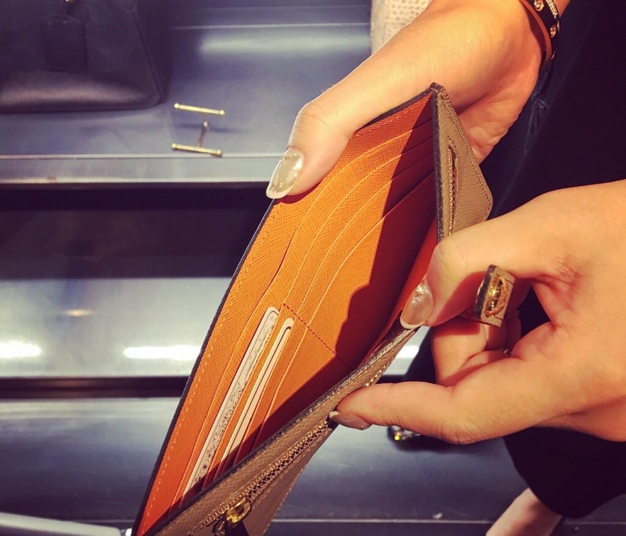 小バッグに【ミニ財布】もいいけど【薄財布】という選択肢も。