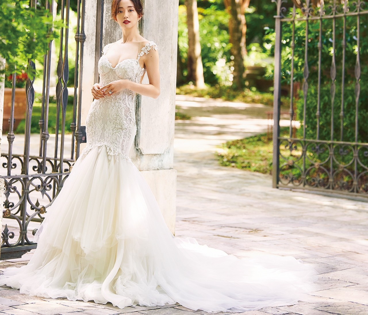 レースたっぷりの華やかウェディングドレスで自分史上最高に輝いて