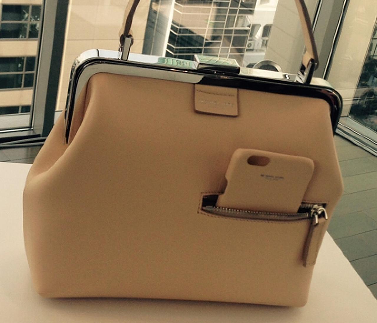 マイケル コースで見つけた、iphoneケースがセットのバッグ