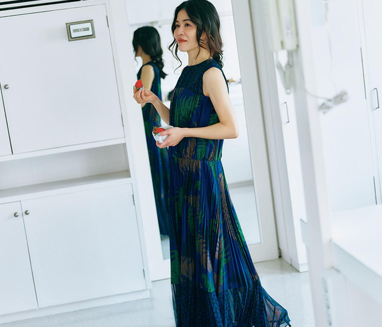 【辻直子さんの服と小物】シャネルの2.55バッグ、サカイのワンピース...名品の着こなしはさすが!