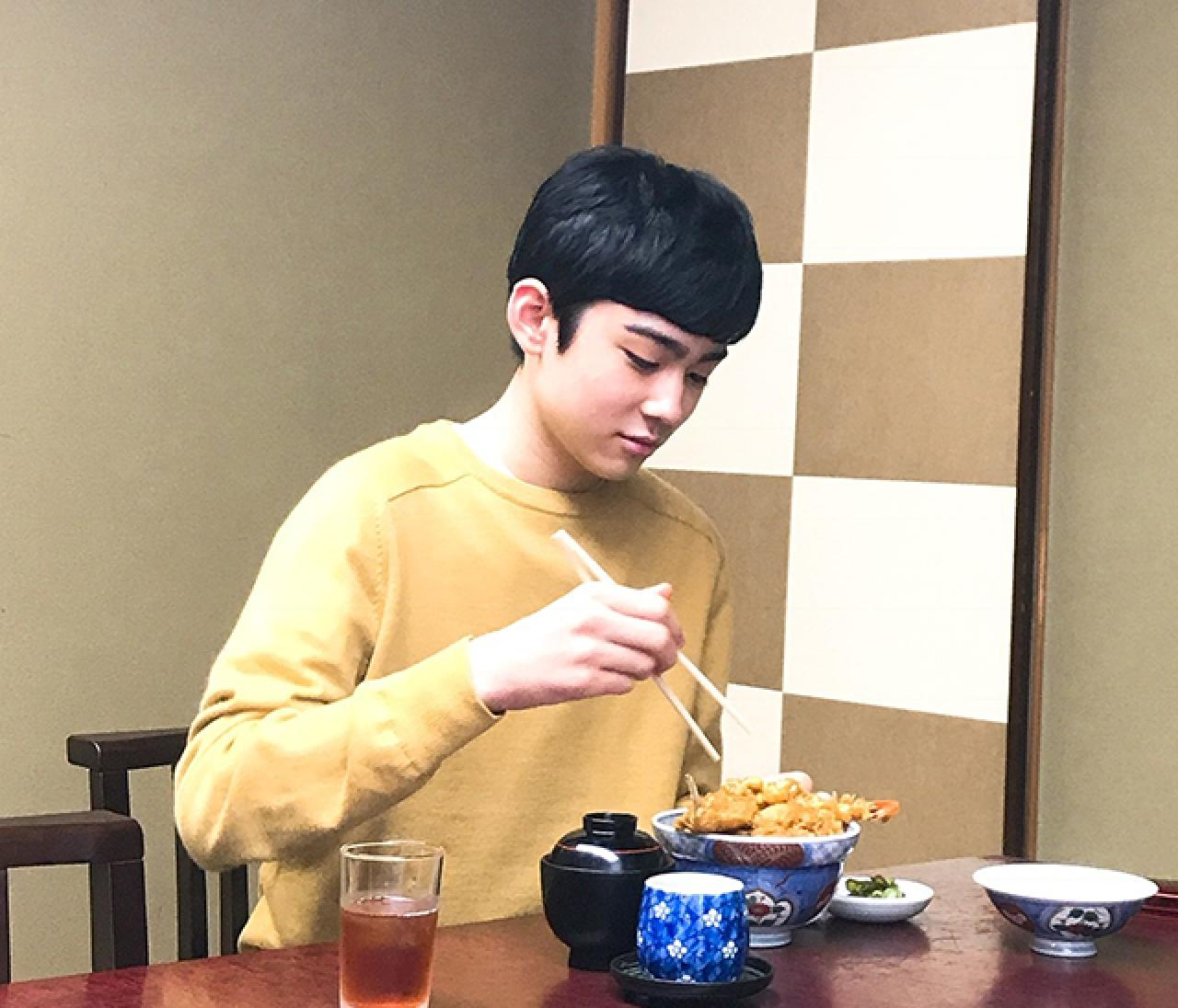 八代目・市川染五郎さんの浅草ロケ「もぐもぐタイム」オフショット