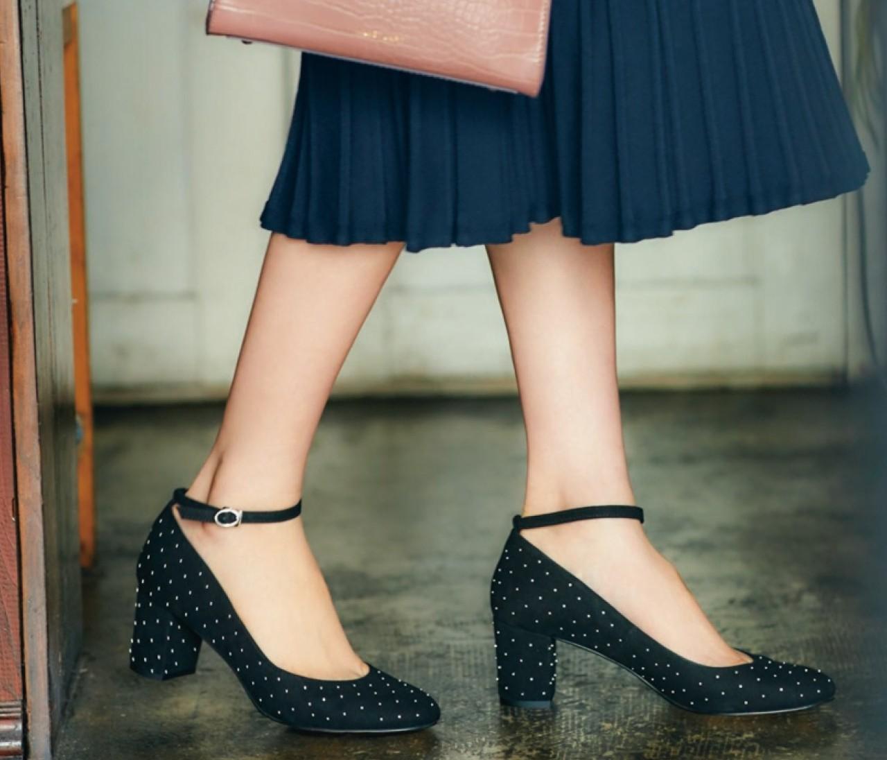 大人の可愛げはジルスチュアート シューの「ちょいデコラ靴」で