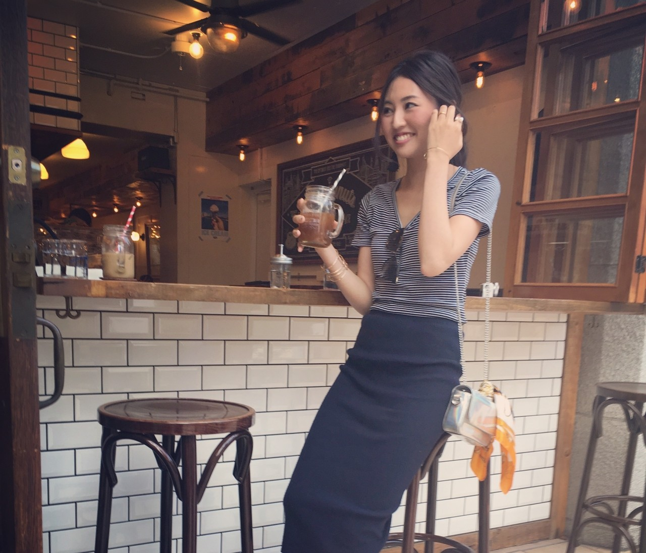 Vネック細ボーダーTシャツ×リブペンシルスカートで女子会。