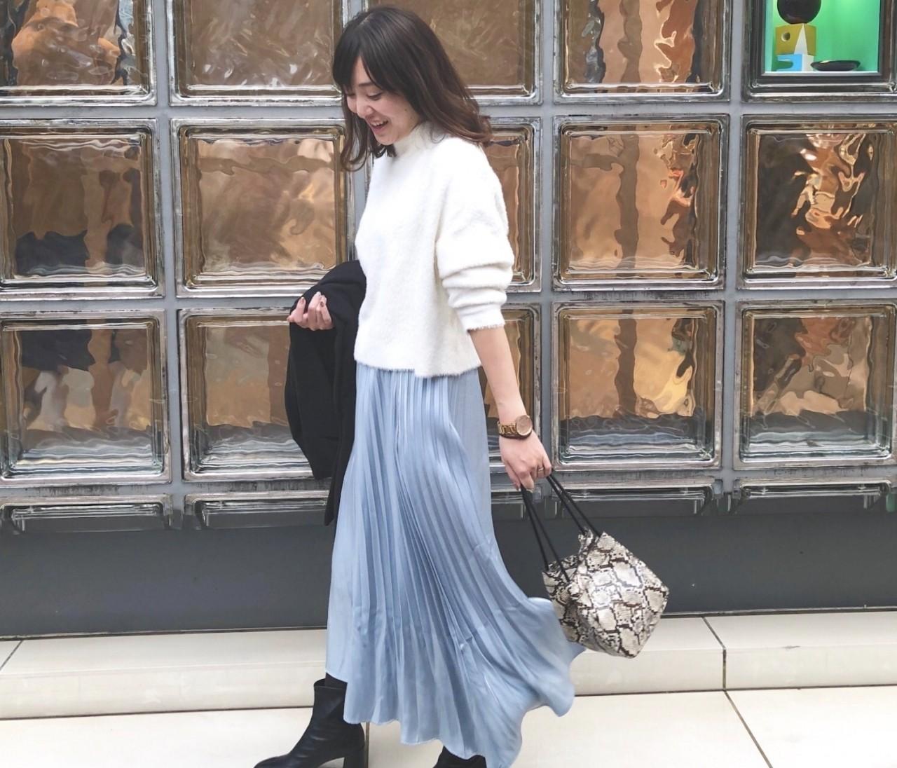 【女っぽコーデ】ニット×くすみブルーのプリーツスカート