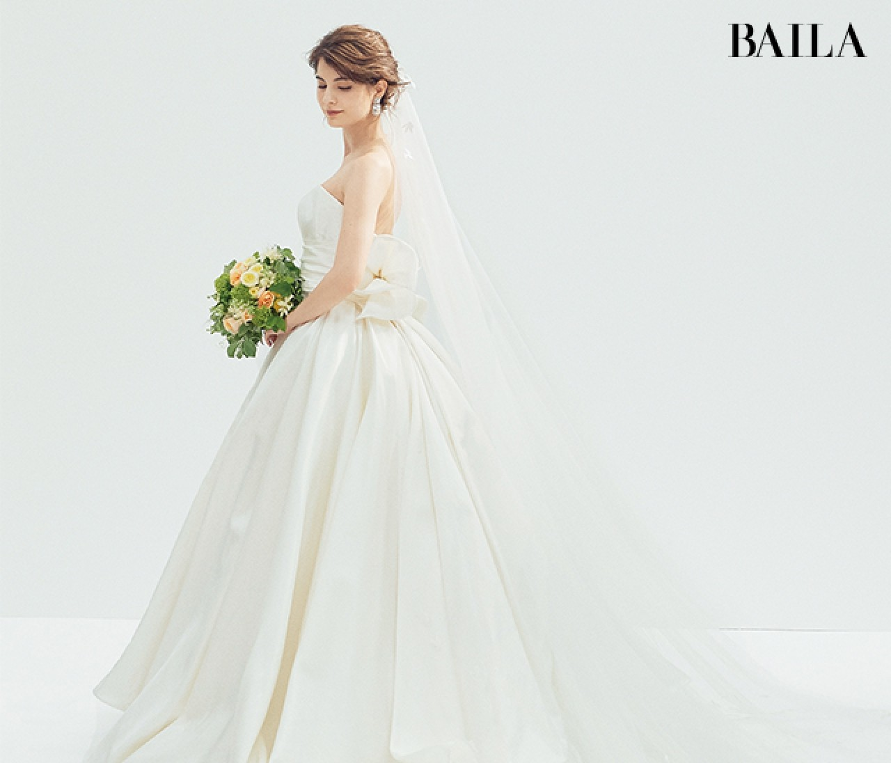 やわらかな【イエロー小物】と白ドレスでポジティブなイメージを!