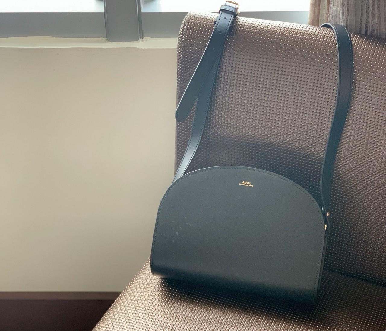 【名品バッグ】どんなシーンでも大活躍する、A.P.C.のハーフムーンバッグ