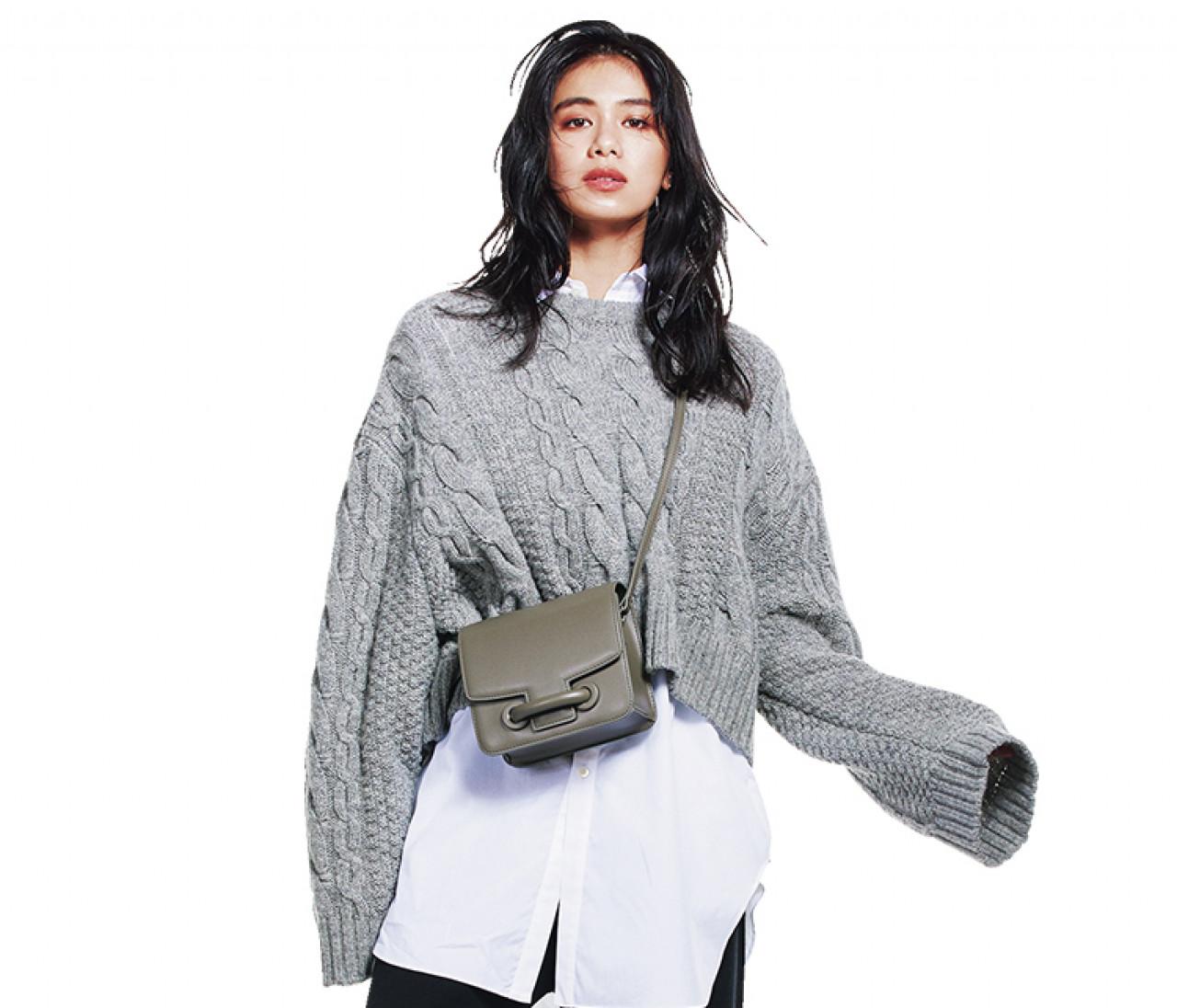 【大人ハイテクスニーカーコーデ4】白スニーカー×トレンドパンツ、冬はこう履く!