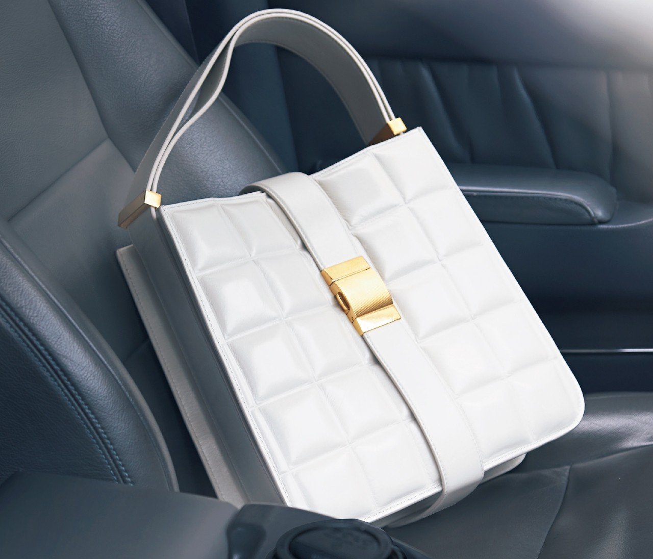 【BOTTEGA VENETA(ボッテガ・ヴェネタ)】秋に映えるホワイトレザーの新作バッグ