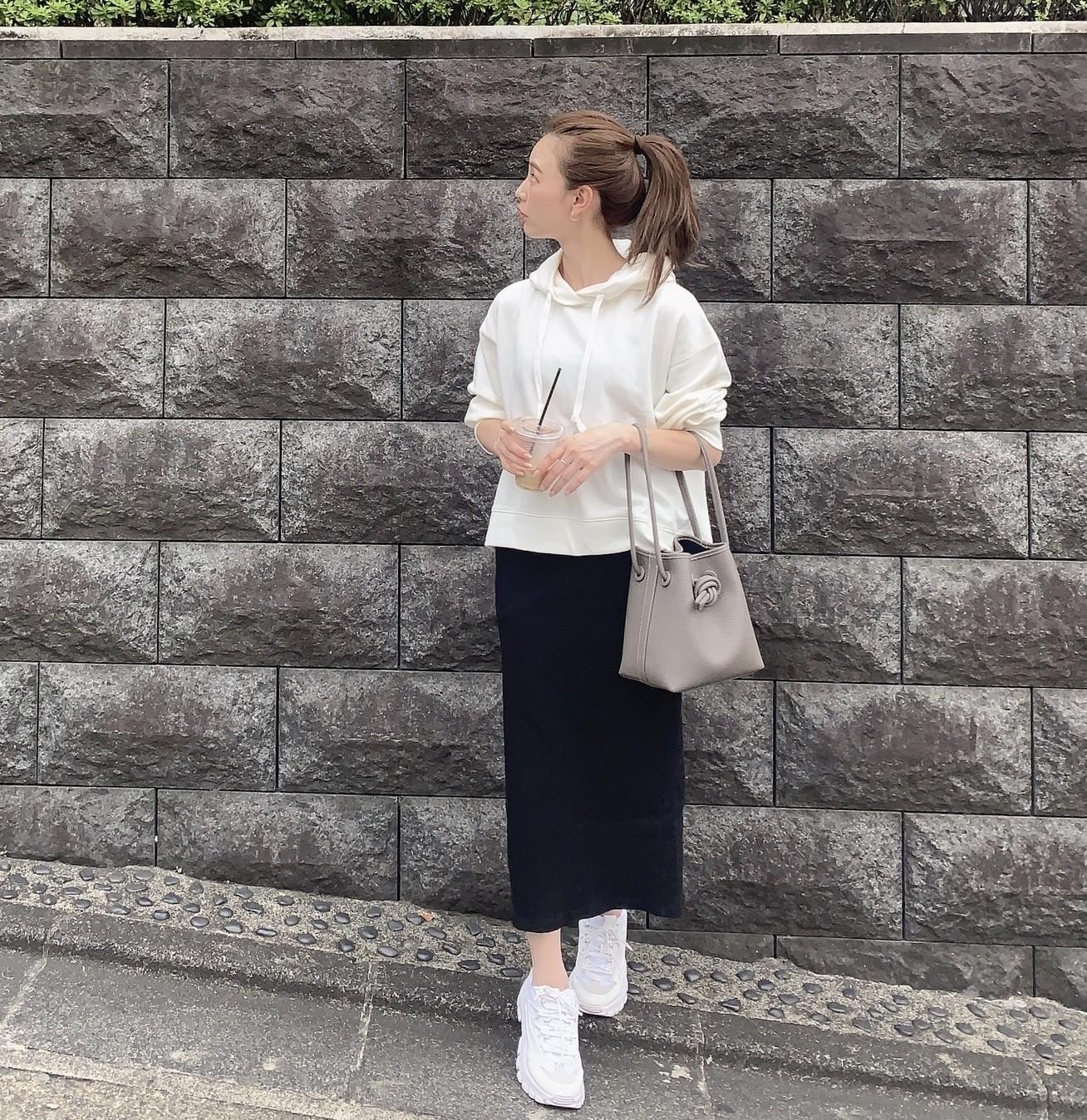 ユニクロのパーカとリブタイトスカート