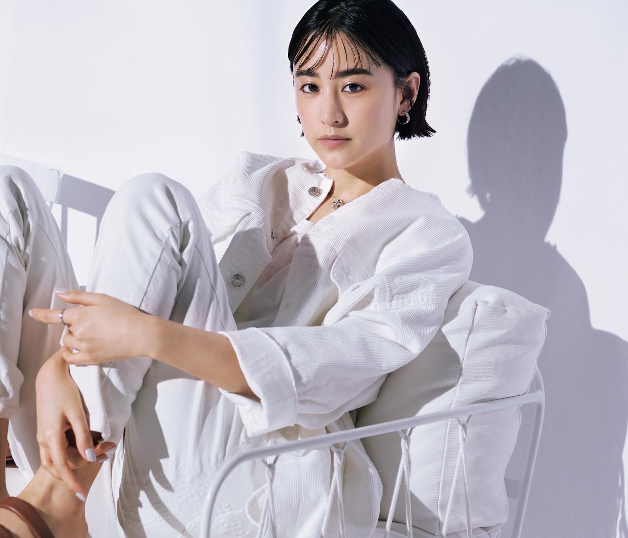 【山本美月】白ワンピ、白Tシャツ、白デニム。最新の着こなしをチェック!