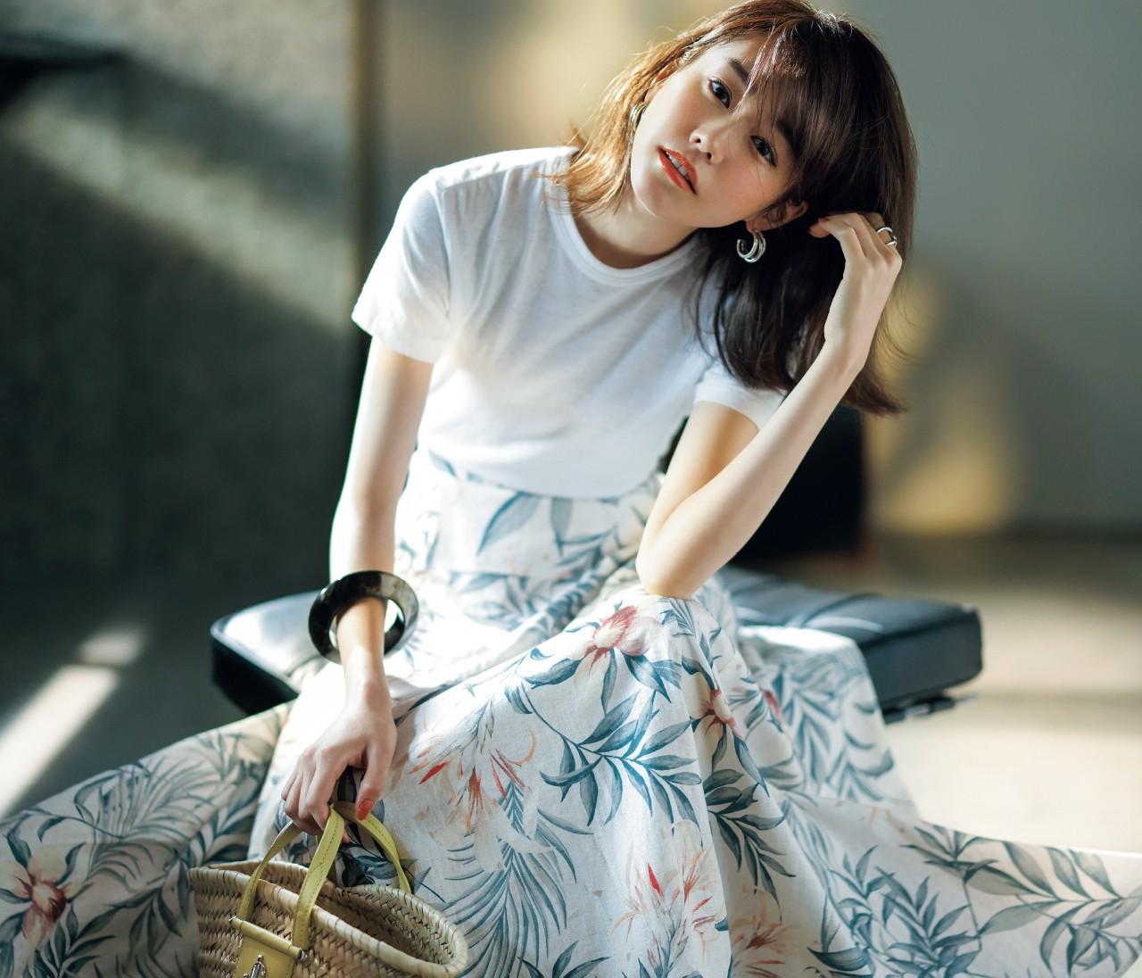 フレアスカートはボタニカル柄をチョイス。シンプルTシャツも蘇る!【定番コーデをアップデートする方法3】