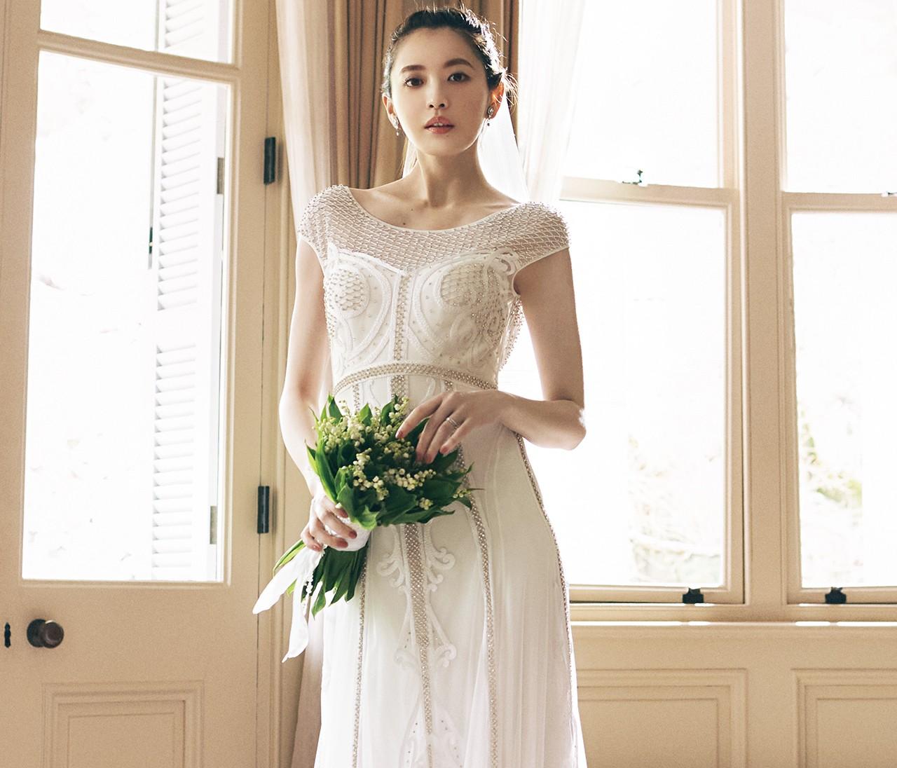 大人花嫁の魅力が輝く!クラシックモダンな細身ドレス