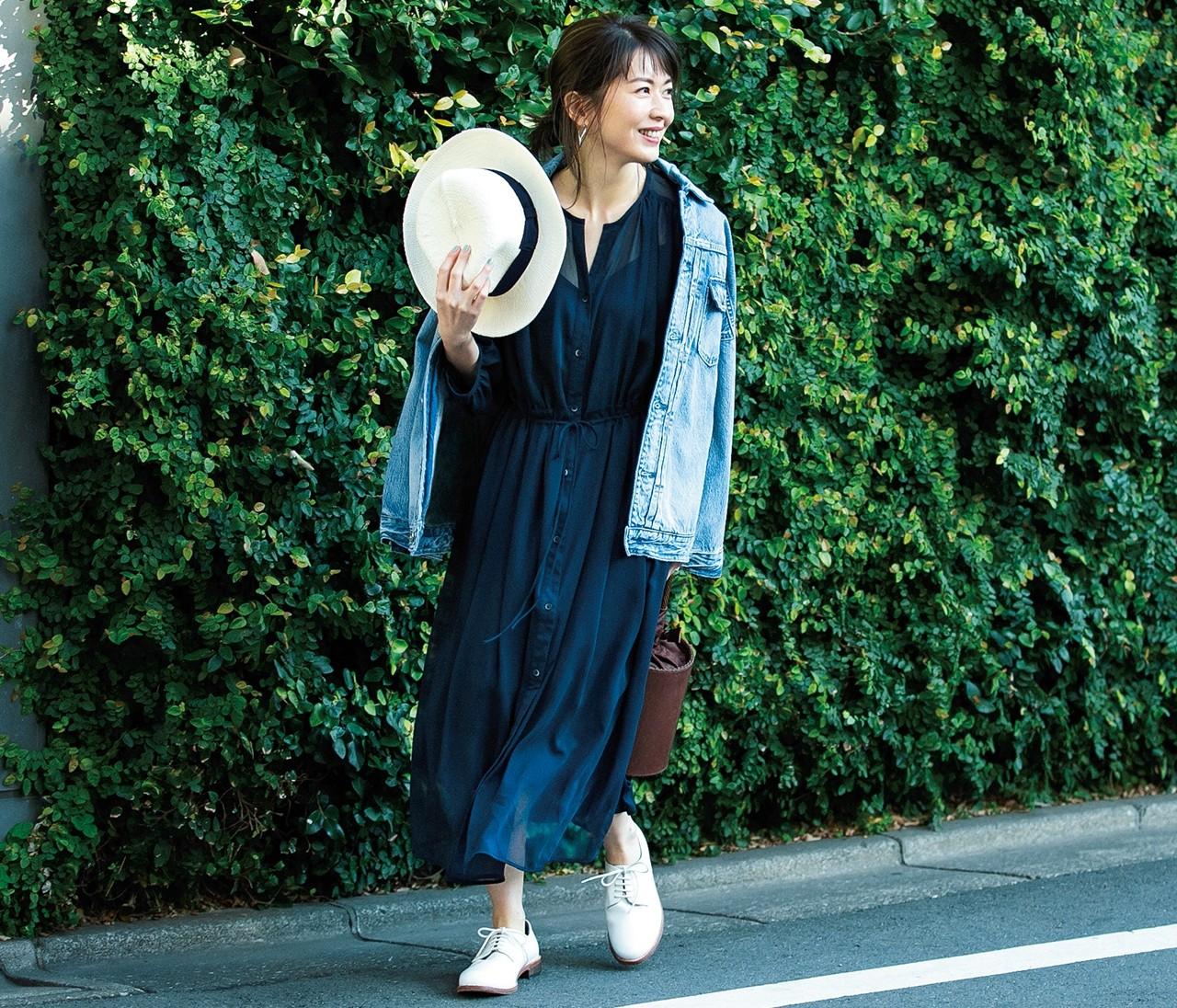 【伊藤真知さんの春いちユニクロ】「透けワンピース」はとろみ素材×ネイビーを選ぶ