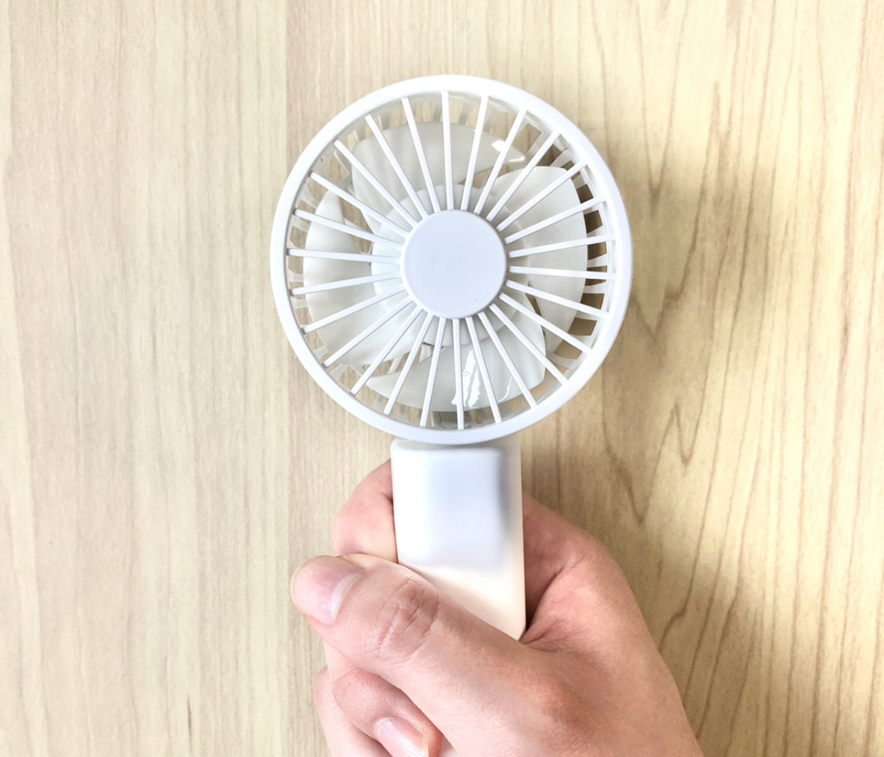 【無印良品】コンパクトなハンディファンが新発売!シンプルデザインで大人にぴったり。990円でコスパも文句なし!