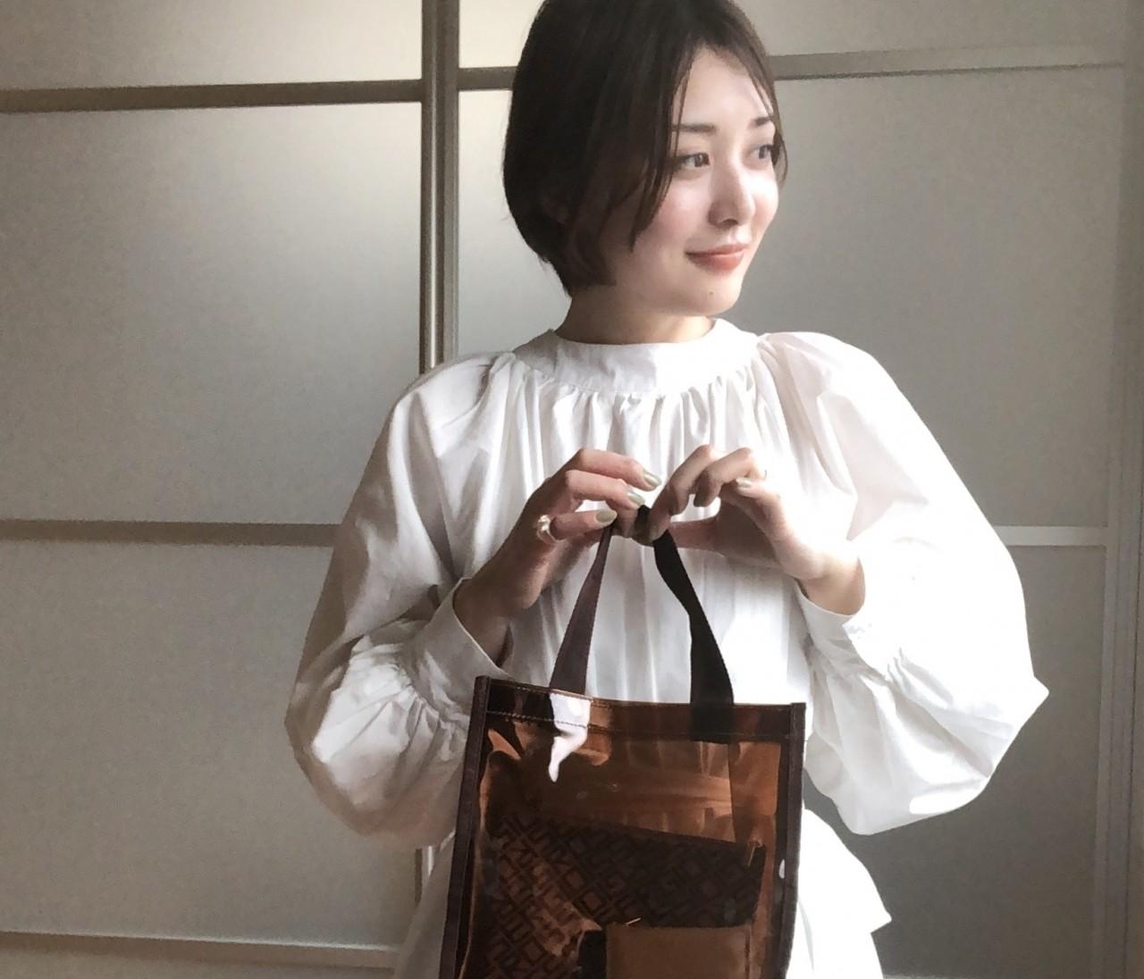 着映え抜群♡デザインブラウス&セルジオロッシPVCトート【BAILA6・7月合併号】