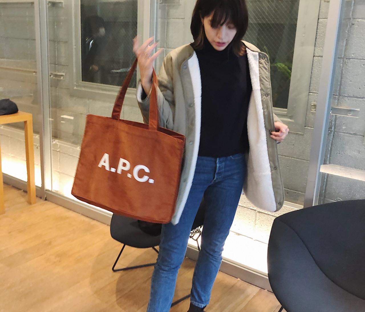 メンズで発見! A.P.C.のトートバッグ。絶妙なオレンジブラウンがお洒落♡