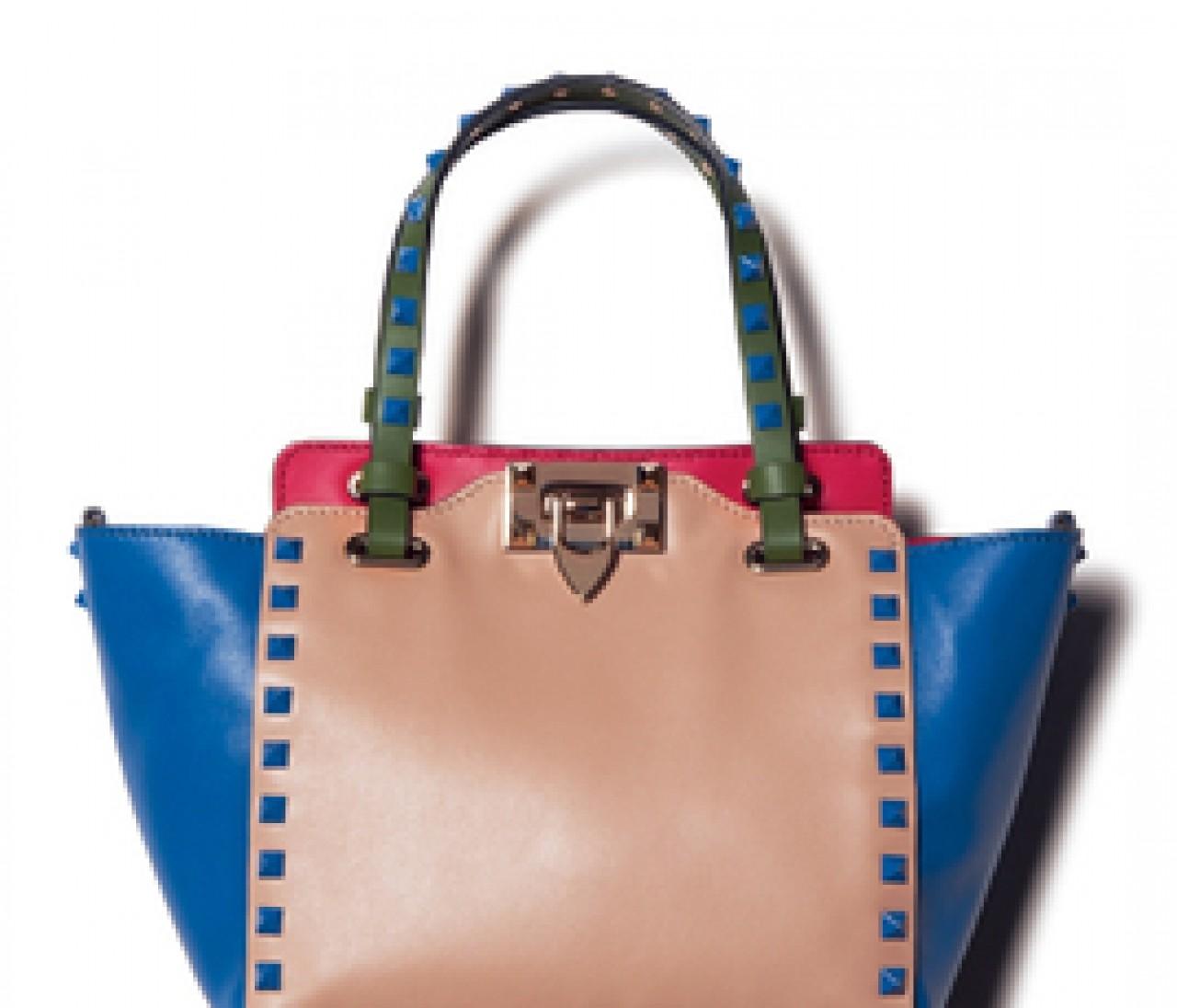 シンプル服の効かせ役はヴァレンティノの新色バッグ