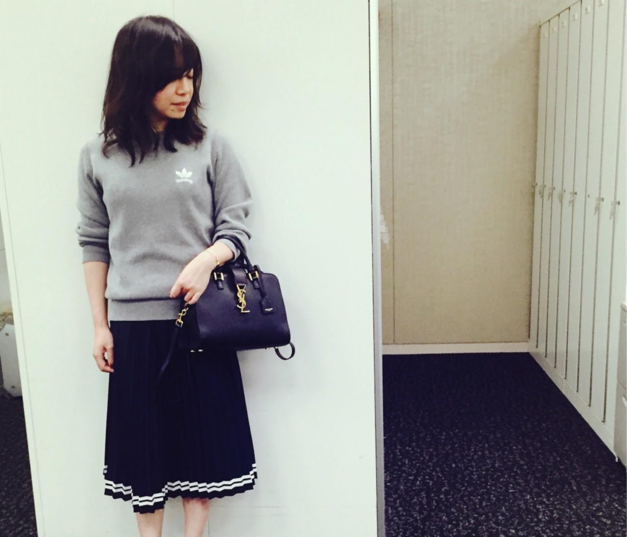 【#OOTD】編集ナベ嬢、アディダス×HYKEのトップスにプリーツスカート♩
