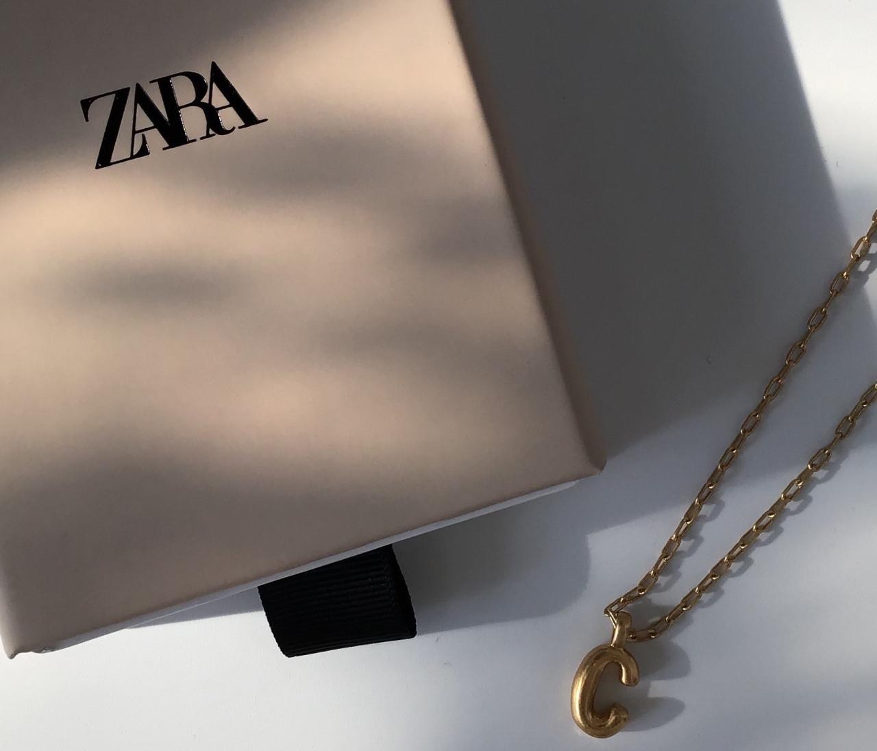 【ZARA(ザラ)】で圧倒的人気!高見えイニシャルネックレスで楽しむレイヤードスタイル  【身長150cmエディターchiaki】