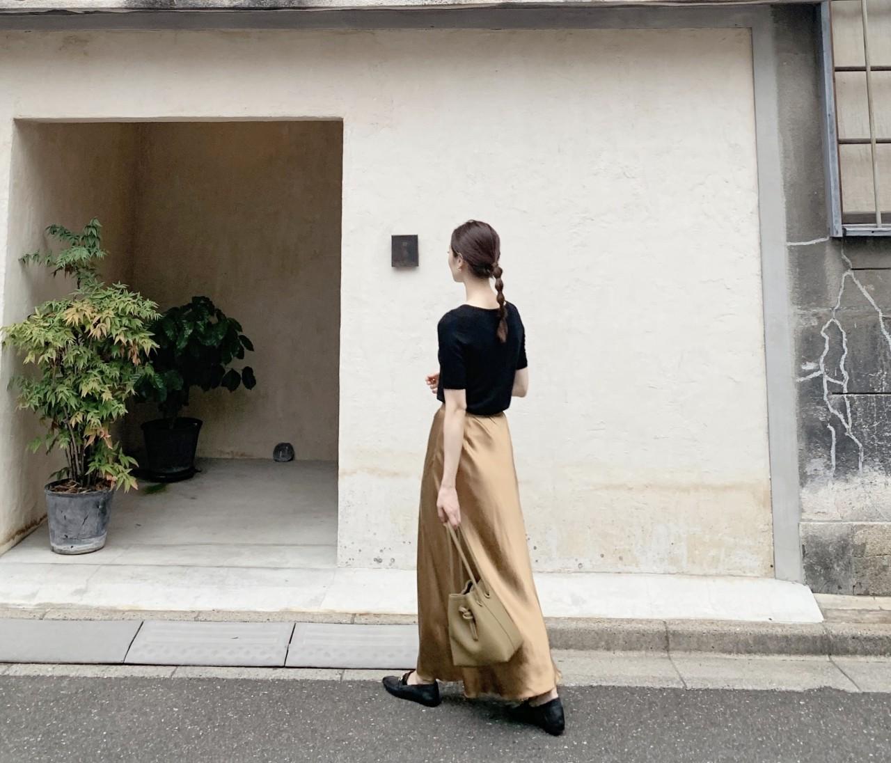 サテンスカート×ローファーでつくる秋コーデ