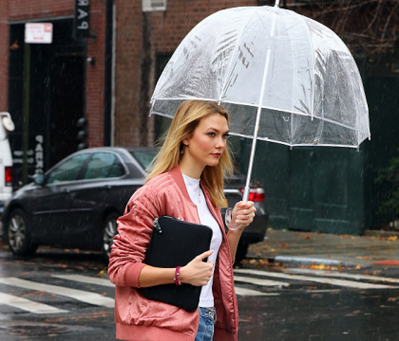 傘さすセレブ&ささないセレブ。雨の日だって絵になることが第一です