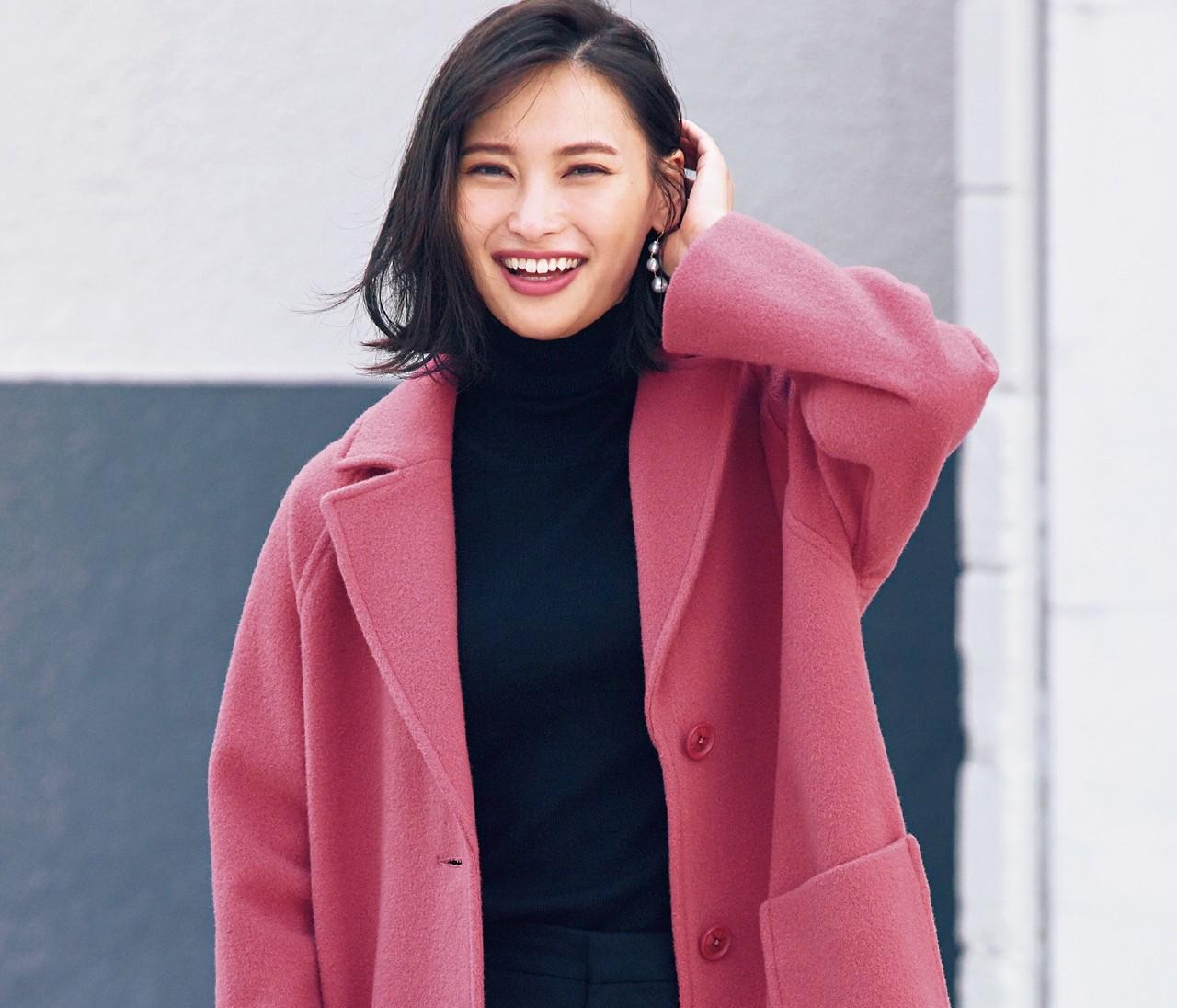 【最愛コート】「きれい色コート」はモノトーンコーデに合わせて