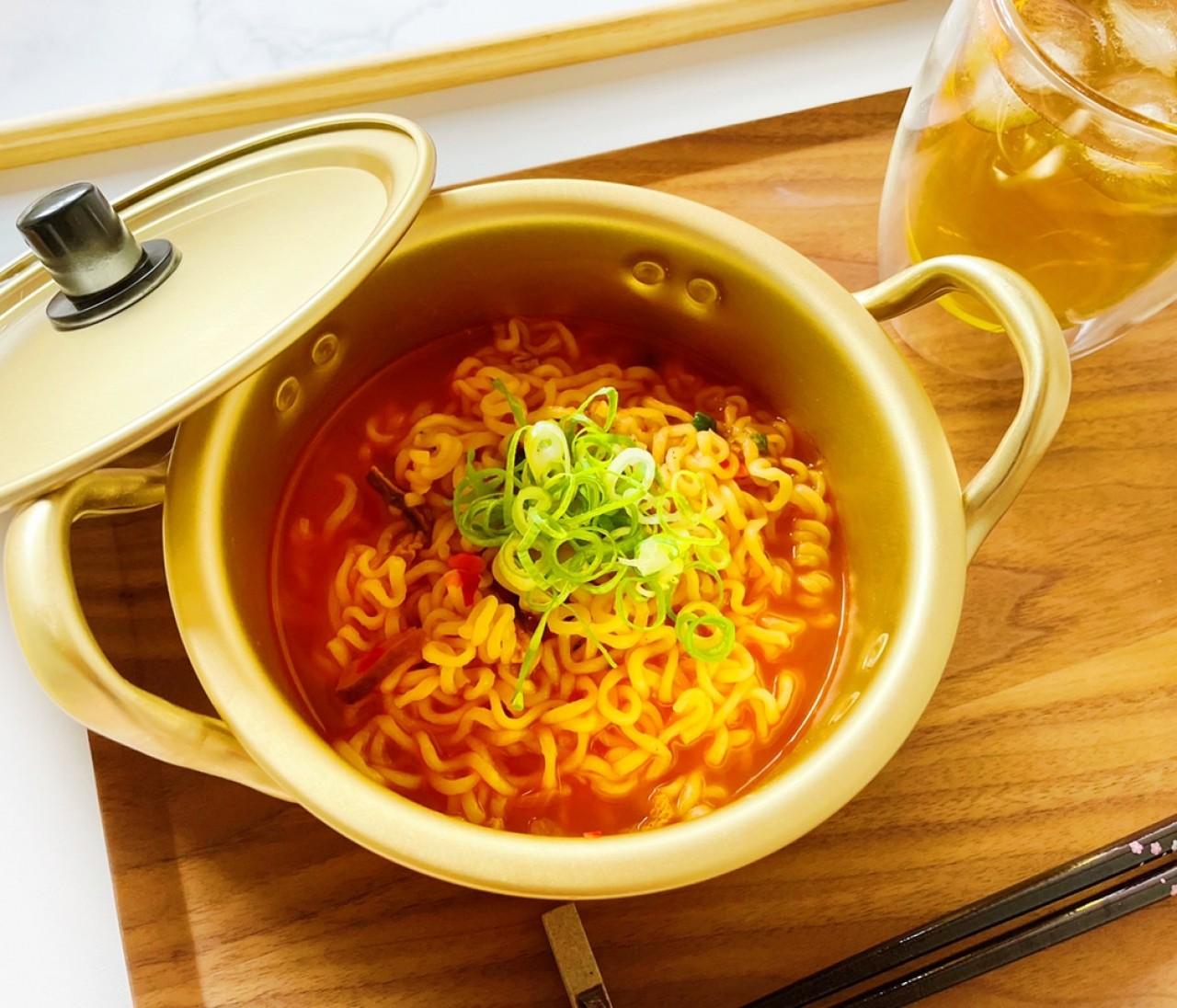 【ダイソー】一人暮らしにベストなアルミ鍋が登場。「韓国ドラマの再現ができる」とSNSで話題!