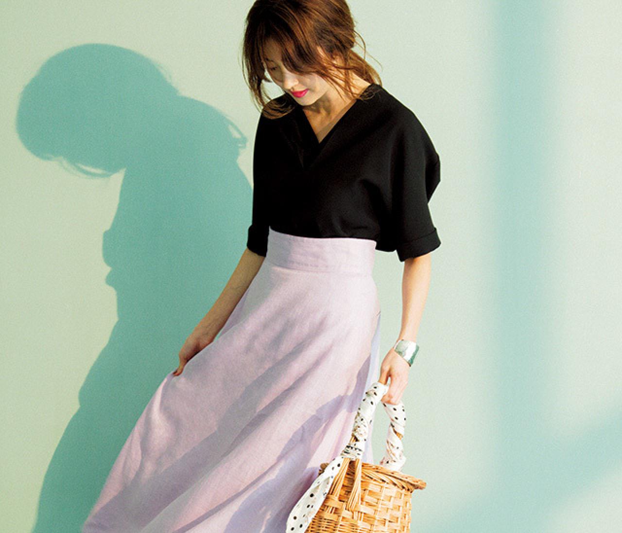 甘いカラーでも大人っぽく♡ 休日はシャーベット色スカートを黒で引き締めて